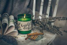 Der vanillig-würzige Duft erweckt Erinnerung. Zimt, Vanille und Nelke machen den Duft beruhigend und wärmend.  Besteht aus: pflanzlichem Wachs und naturreinen ätherischen Ölen aus Blüten, Blättern, Kräutern und Nadeln. Ganz ohne: Mineralölprodukte wie Paraffin und Palmwachs. Ein wunderschönes Wohnaccessoires, Geschenk und für Liebhaber von natürlichen Duftkerzen. Candle Jars, Candles, Vanilla, Dianthus Caryophyllus, Wax, Cinnamon, Home Decor Accessories, Gifts, Nice Asses