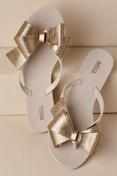 Harmonic Bow Flip-Flop - Laniece Gindratt - Damen Hochzeitskleid and Schuhe! Fancy Shoes, Pretty Shoes, Buy Shoes, Me Too Shoes, Wedding Flip Flops, Bow Flip Flops, Flip Flop Shoes, Cute Flip Flops, Ella Shoes
