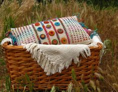 More couching done with chunky yarn . Knit Pillow, Knitted Pillows, Granny Chic, Chunky Yarn, Loom Weaving, Crochet Home, Hand Embroidery, Stitch Patterns, Cushions
