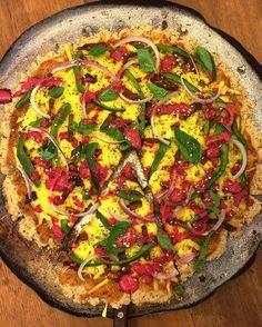 """Me segura que estou emocionada. Pizza com massa de farinha de arroz, """"queijo mussarela"""" da Superbom, pimentões verdes, cebola roxa, """"requeijão"""" de soja que bati com beterraba, tirinhas de beringela picantes tostadas, manjericão e vários grãozinhos. 💛💛💛 #vegan #veganlife #crueltyfree #whatveganseat #fit #healthyfood #veganfoodporn #vegansofinstagram #vegansofig #vegetables #veg #plantbased  Yummery - best recipes. Follow Us! #veganfoodporn"""