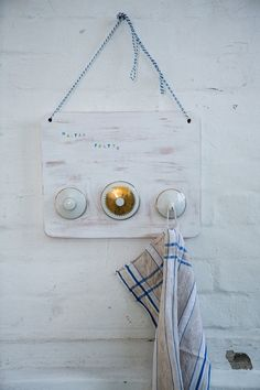 vintage hakenleiste aus holzbrett mit zuckerdosendeckel bzw kaffeekannendeckel bettina. Black Bedroom Furniture Sets. Home Design Ideas