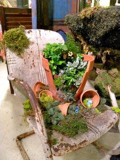 minigarten Gartenstuhl aus Blech und zerbochener Blumentopf
