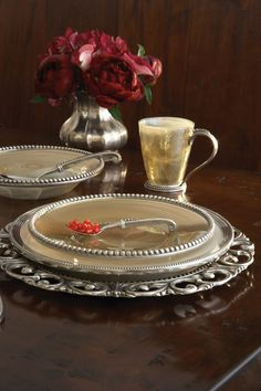 Splendore embraces the distinctiveness of Florentine Alabaster. Handmade in Italy, mouth blown glass is eloquently swirled with swirled with subtle white hues then finished with an iridescent glaze.  Hand finished pewter beading borders lends a stunning presentation.