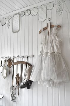 mirror border! what a neat idea for a vintage room- hang mirrors at the top of the wall