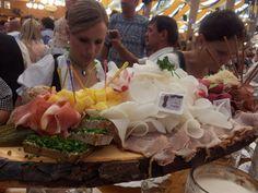 """""""Brotzeitbrettl"""" auf der #Wiesn #Oktoberfest"""