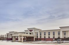The Hampton Inn Dubuque hotel puts you close to nature, casinos, and across the street from Kennedy Mall. Our spacious non-smoking Whirlpool room features a king-sized bed, comfortable easy chair with ottoman, and a 37-inch flat-screen television
