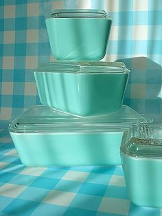 LOVE this set of vintage Pyrex refrigerator dishes in turquoise aqua! Pyrex Vintage, Vintage Dishes, Vintage Glassware, Vintage Kitchen, Vintage Bakery, Vintage Bowls, Tiffany Blue, Azul Tiffany, Vintage Love