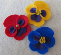 Felt Pansy Set Order This Set or the Amount by DogwoodcornerFelt Pansies Would be cute on packages! Stick on with girlie glue! Turn anything into and instand…Unavailable Listing on EtsyPansies by geneva Felt Embroidery, Felt Applique, Felt Diy, Felt Crafts, Felt Flowers, Fabric Flowers, Felt Decorations, Felt Brooch, Felt Patterns