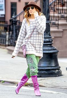 Carrie Bradshaw v. 2014 Sarah Jessica Parker effortlessly mixed lots of colors, patterns and prints in downtown NYC. Love Her Style, Style And Grace, Sarah Jessica Parker, Carrie Bradshaw, Red Carpet Looks, Sweater Weather, Jennifer Lopez, Fashion Addict, Fashion Details