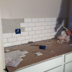 How to tile a backsplash - step by step directions. Great DIY home renovation blog