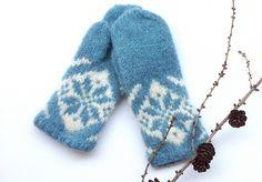 Tante er Fortsatt Gal! - Dette er Norges største Strikkeblogg. Trenger du inspirasjon når det gjelder strikking? Tips og Gode råd? Kanskje en strikkeoppskrift eller 2? Da er det bare å scrolle seg nedover. Takk for at nettopp DU stakk innom. Wool Gloves, Knitted Gloves, Color Powder, Powder Pink, Yarn Stash, Knit Mittens, Drops Design, Hand Warmers, Free Pattern