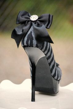 Etsy の Oversized Shoe Clips Black Tie Affair Bow by sofisticata
