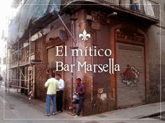 Super alte, große, tolle Bar. Die alten flaschen stehen noch in den Vitrinen um einen herum. Gefühlt liegt auf den Krnonleuchtern 100Jahre alter Staub, aber toll zum Absinth trinken! // Bar Marsella in Barcelona, Cataluña