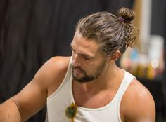Jason Momoa man bun is very much famous and makes all men very handsome, good looking and ofcourse very ,uch hot and sexy. Top Hairstyles For Men, Bun Hairstyles, Trendy Hairstyles, Jason Momoa, Man Bun Styles, Beard Styles, Male Curly Hair, Sexy Bart, Lisa Bonet