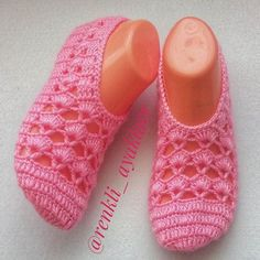 Best 11 There are many beautiful slippers, but it is easiest and beautiful slippers with pearls to make. Crochet Slipper Pattern, Knitted Slippers, Crochet Slippers, Crochet Patterns, Knitting Socks, Baby Knitting, Shoe Pattern, Crochet Woman, Womens Slippers