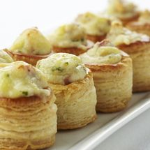 Mini bouchées met Passendale-kaas, champignons en spek - Puffs with cheese, mushrooms and bacon Snacks Für Party, Appetizers For Party, Appetizer Recipes, Tasty, Yummy Food, Dessert, High Tea, Finger Foods, Love Food