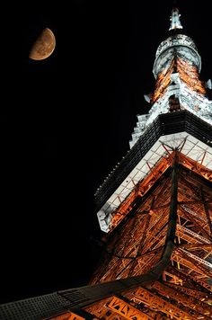 Amazing photo of the moon above the Eiffel Tower in Paris, France. Tokyo Tower, Tour Eiffel, Paris Tour, Paris Paris, Japon Tokyo, Tokyo Skytree, Nagano, Historical Sites, Monuments