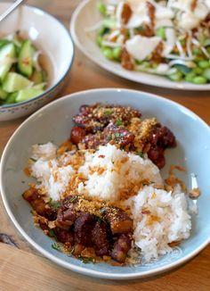 Culy Homemade: saté ajam en babi smoor met rijst - Culy.nl Gado Gado, Asian Recipes, Ethnic Recipes, Japanese Food, Baked Potato, Macaroni, Main Dishes, Food And Drink, Rice