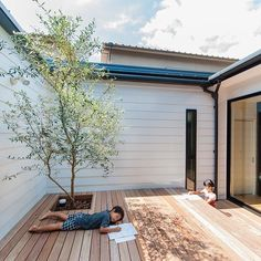 60 Captivating Courtyard Designs That Make Us Go Wow Japanese Home Design, Japanese House, Interior Garden, Interior And Exterior, Japanese Architecture, Architecture Design, Home Room Design, House Design, Courtyard Design