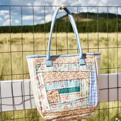 "Scrappy Tote Bag Tutorial ""quilt as you go"" method A fun bag tutorial to use up some of your favorite scraps Bag Pattern Free, Tote Pattern, Bag Patterns To Sew, Quilted Bags Patterns, Quilted Tote Bags, Patchwork Bags, Fabric Tote Bags, Crazy Patchwork, Diy Bags Purses"