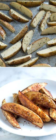 How to make roasted potato wedges with olive oil, salt, pepper and rosemary on inspiredtaste.net / @inspiredtaste