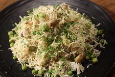 Mushroom Peas Pulao - Agar ab tak lunch mein kya banana hai decide na kiya ho, toh ye lijiye ek badhiya pulao ki recipe. Indian Food Recipes, Vegetarian Recipes, Sanjeev Kapoor, Biryani, Rice Dishes, Recipe Of The Day, Food To Make, Stuffed Mushrooms, Easy Meals