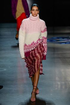 The complete Prabal Gurung Fall 2018 Ready-to-Wear fashion show now on Vogue Runway. Fashion Week Paris, Fashion 2018, Latest Fashion Trends, Knitwear Fashion, Knit Fashion, Sweater Fashion, Winter Stil, Prabal Gurung, Fashion Show Collection