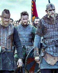 ViKings ~ Bjorn, Ubbe and Floki ready for battle! Vikings Ragnar, Vikings Tv Show, Ragnar Lothbrok, Vikings Tv Series, Floki, Lagertha, Bracelet Viking, Viking Jewelry, Viking Warrior