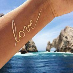 Tatuaje temporal metálico dorado con motivo love