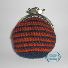 monedero en crochet a rayas marinas y rojas