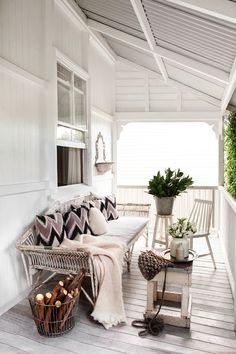 An all white porch. Home Interior Decorating in colori neutri ~ Interni e Design Still my favorite office Home Living, Living Spaces, Cottage Living, Country Living, Living Rooms, Outdoor Rooms, Outdoor Living, Outdoor Sofa, Outdoor Seating