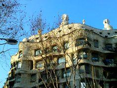 Casa Milà In Barcelona, direkt am Passeig de Gracia, steht die Pedrera, eines der berühmten Bauwerke des katalanischen Architekten Antoni Gaudí, der auch die Sagrada Familia,