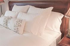 Perfect Pillow Arrangement Decor Ideas For Queen Bed - TopDesignIdeas Queen Bedding Sets, Luxury Bedding Sets, Queen Beds, Bed Pillow Arrangement, Bed Linen Inspiration, Cheap Bed Sheets, Bedding Sets Online, Chic Bedding, Bed Duvet Covers
