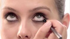 Shop Burberry at Sephora: http://seph.me/1hmp6Xg Learn how to do a modern smoky eye the Burberry way. Products used to get the Brit look - Eye Colour Glow Sh...
