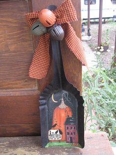 Primitive Vintage Coal Shovel by TheCraftCabin on Etsy Halloween Yard Art, Halloween Wood Crafts, Halloween Painting, Halloween Projects, Fall Halloween, Felt Christmas Decorations, Christmas Wood, Christmas Crafts, Autumn Crafts