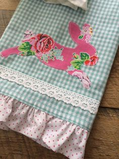 Ruffled Towel: A Cute & Fun DIY! Fabric: Strawberry Biscuit designed by Elea Lutz for Penny Rose Fabrics Diy Craft Projects, Easter Projects, Easter Crafts, Sewing Projects, Easter Decor, Applique Towels, Easter Fabric, Easter Pillows, Crafts To Make