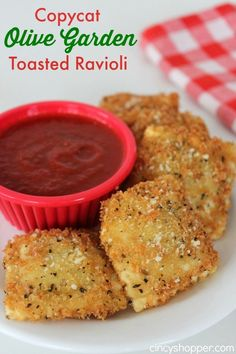 You can save some dollars and make this CopyCat Olive Garden Toasted Ravioli Recipe right at home! Bought frozen wheat ravioli (stuffed with cheese)-all worked out great! Pasta Recipes, Appetizer Recipes, Cooking Recipes, Appetizer Dishes, Tapas, Toasted Ravioli, Good Food, Yummy Food, Fun Food