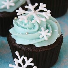 How about some pretty Chocolate cupcakes to get you through the week? These are Chocolate cupcakes (recipe HERE) with Vanilla Cream Cheese frosting (recipe HERE), made extra special with some royal icing snowflakes. I piped on the frosting with a Wilton 1M tip (the tip I use the most often) and added some pretty sprinkles(white …