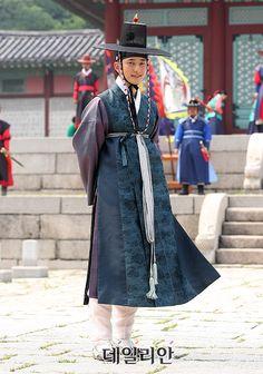 남자 사극 - Google 검색 Korean Hanbok, Korean Dress, Korean Outfits, Korean Traditional Dress, Traditional Fashion, Traditional Dresses, Folk Costume, Korean Men, Asian Fashion