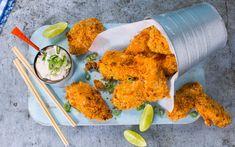 Denne koreanske vrien på fritert kylling, er både godt som hverdagsmiddag og som snacks foran tv-en. Spicy marinade av crème fraîche og chilisaus gjør kyllingen ekstra saftig og en deilig rømmedipp tar brodden av den hotte chilien. Perfekt kosemat!