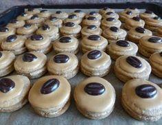 Für die Kaffeekekse alle Zutaten zu einen Teig verarbeiten und 1 Stunde kühl stellen. Den Teig ausrollen und Rund ausstechen und bei 175 Grad ca. 8