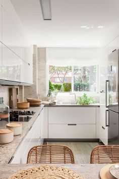 Cocina en blanco con granito en encimera, paredes y suelo Patio Kitchen, Kitchen Room Design, Kitchen Corner, Kitchen Flooring, Interior Design Kitchen, New Kitchen, Kitchen Decor, Kitchen Cabinet Handles, White Kitchen Cabinets