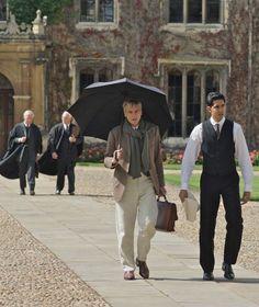 Hardy (Jeremy Irons) e Ramanujan (Dev Patel) a passeggio per il Trinity College di Cambridge © Eagle Pictures