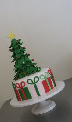 Christmas Tree and Presents - by sdiazcolon @ CakesDecor.com - cake decorating website