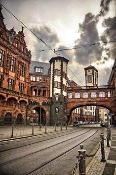 Frankfurter Rathaus, Fassade zur Bethmannstraße. Dahinter liegt der Sitzungssaal des Stadtparlaments