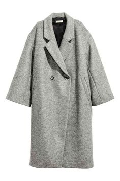 Manteau oversize en laine: QUALITÉ PREMIUM. Manteau à double boutonnage en laine. Modèle oversize de longueur mi-mollet avec couture d'épaule descendue et manches amples. Poches obliques devant. Doublé.