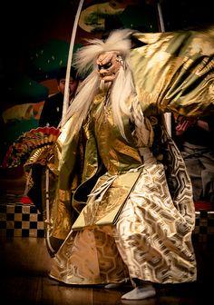 Japanese traditional Noh theater 能 | Le Nô ou « théâtre de cour » apparaît à la fin du XIVème siècle, il est contemporain des arts martiaux et de la cérémonie du thé.