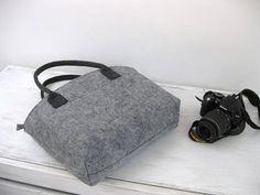 Weich und robust umweltfreundliche Filz gemacht.  Die Tasche ist groß und leicht - ideal für den Transport alles in Ihrem täglichen Leben. Innentaschen für Handy beinhaltet.  Abmessungen: Höhe: 29 cm (11,41 in) Breite: 42 cm (16,5 Zoll) Griffe: 55 cm (21,6)   Besuchen Sie meinen Shop für weitere Artikel: https://www.etsy.com/shop/BPStudioDesign     Der Filz ist ein umweltfreundliches Material, erneuerbare und biologisch abbaubar.