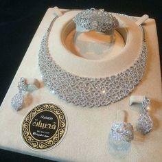 How To Spot Fake Or Imitation Jewelry Antique Jewellery Designs, Fancy Jewellery, Indian Bridal Jewelry Sets, Wedding Jewelry Sets, Diamond Necklace Set, Jewelry Design Earrings, Jewlery, Jewelry Patterns, Luxury Jewelry