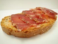 Pan de cereales de Llanars con lomo embuchado de Camprodon (Girona)